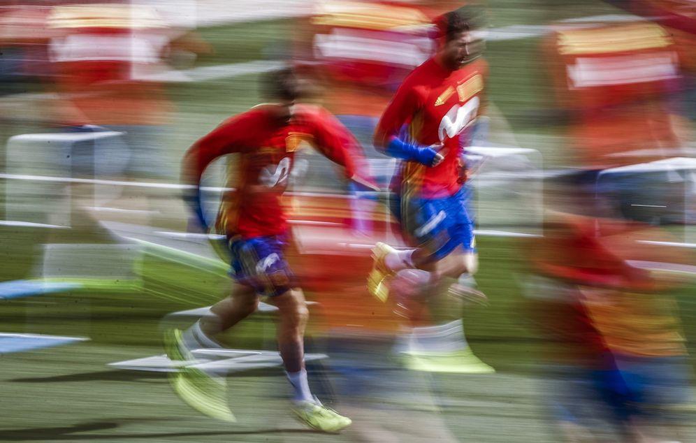Foto: Gerard Piqué (i) y Sergio Ramos (d) en uno de los entrenamientos de la Selección esta semana en Las Rozas. (EFE)