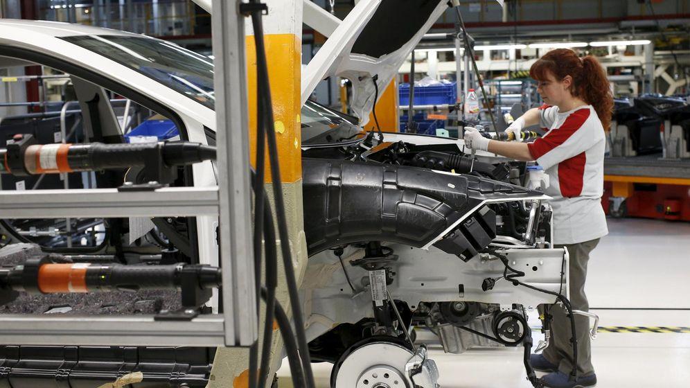 Foto: Trabajadora en la fábrica de Seat de Martorell (Reuters)