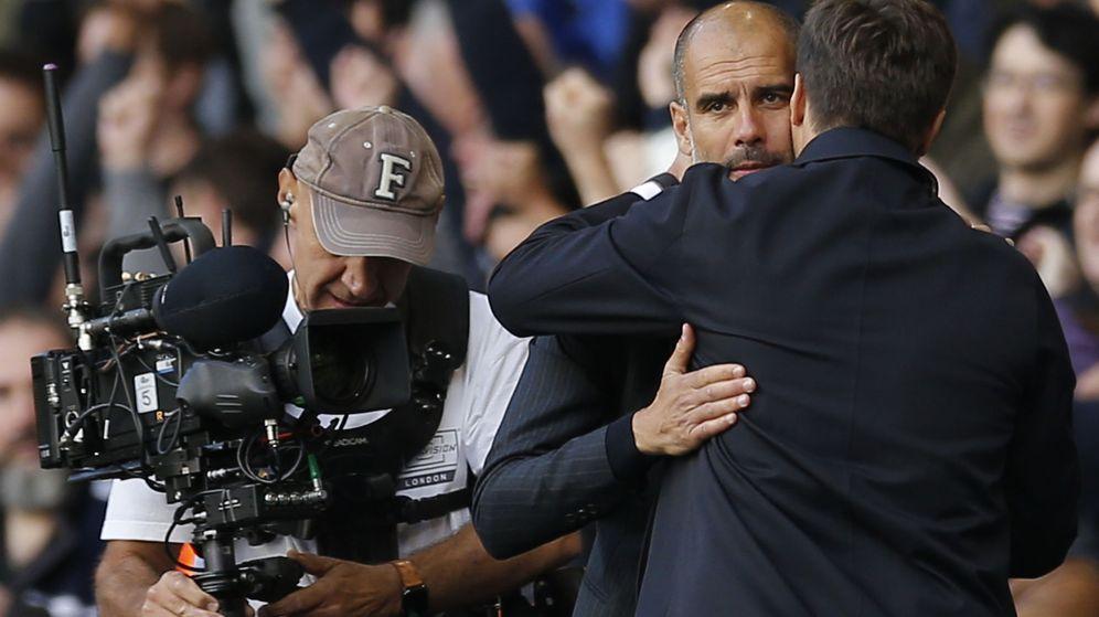Foto: Pochettino abraza a Guardiola tras acabar el partido (Andrew Couldridge/Reuters).