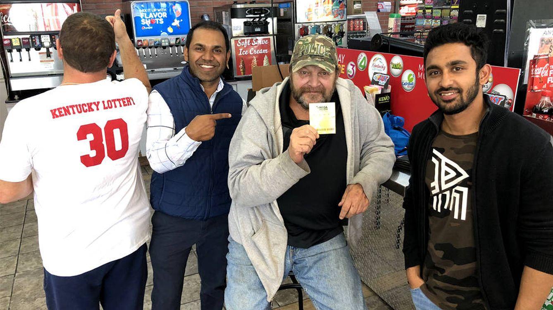 Un hombre tiene que recorrer tres tiendas para saber que ganó un millón a la lotería