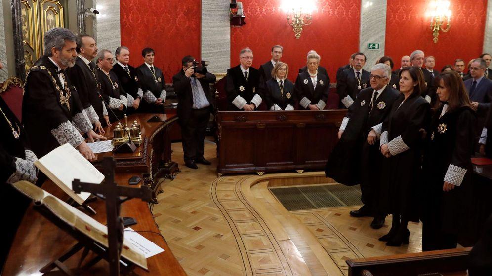 Foto: El presidente del Tribunal Supremo y del Consejo General del Poder Judicial (CGPJ), Carlos Lesmes (i), preside la toma de posesión de la magistrada Concepción Ureste. (EFE)