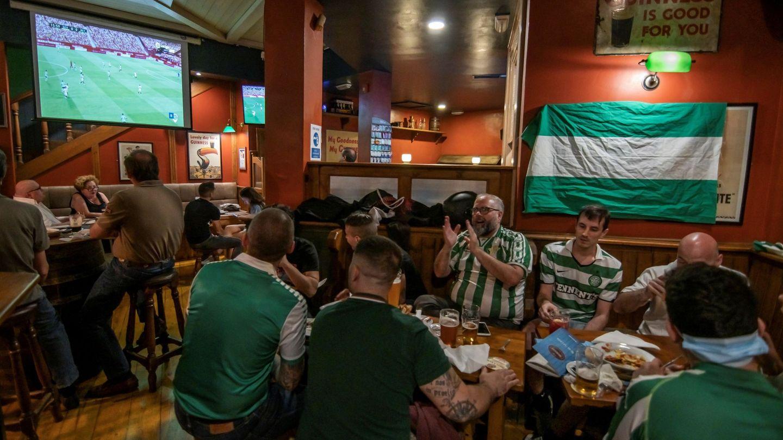 Los aficionados del Betis se juntan en un bar de la ciudad para vivir el derbi de Sevilla. (EFE)
