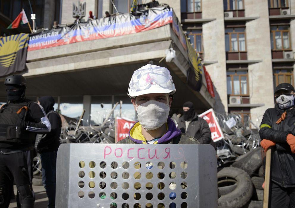 Foto: Manifestantes prorrusos protegen una barricada ante la sede del Gobierno regional en Donétsk, al este de Ucrania (Reuters).