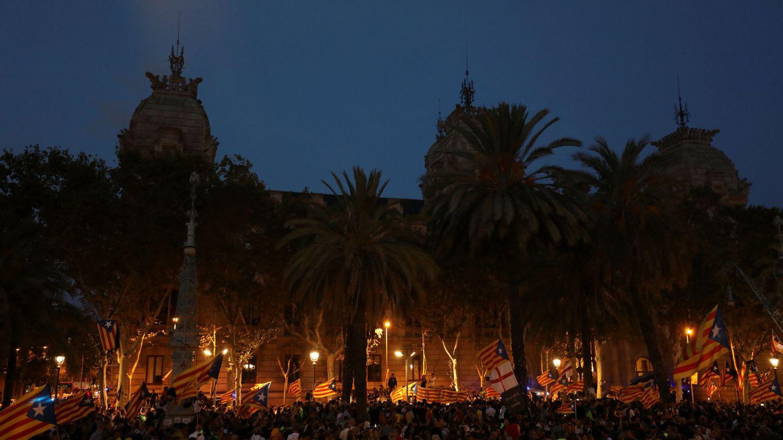 Los manifestantes, congregados frente al Arco del Triunfo anoche. (Reuters)