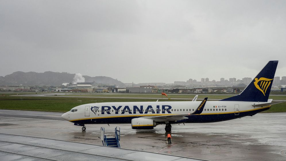 Foto: El avión afectado por el horario de apertura del aeropuerto de Santander pertenece a Ryanair. (EFE)