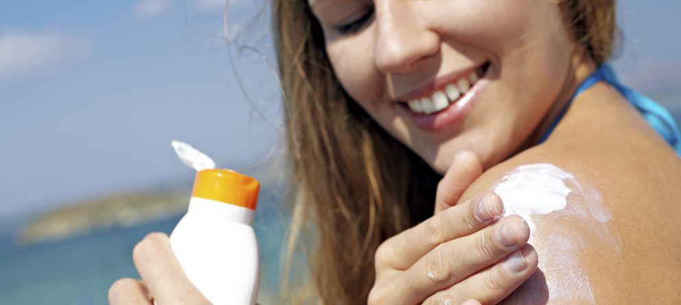 Foto: Aunque casi todos nos echamos crema, no todos la aplicamos bien. (iStock)