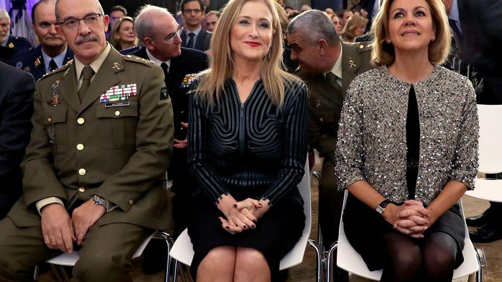 Foto: Imagen de archivo de la ministra de Defensa, María Dolores de Cospedal, junto a Cristina Cifuentes. (EFE)