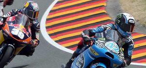 Rins sorprende a Salom a dos curvas del final y vence en Moto3