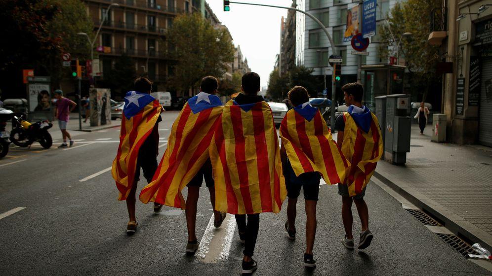 Foto: Estudiantes envueltos en esteladas, durante una manifestación por la independencia. (Reuters)