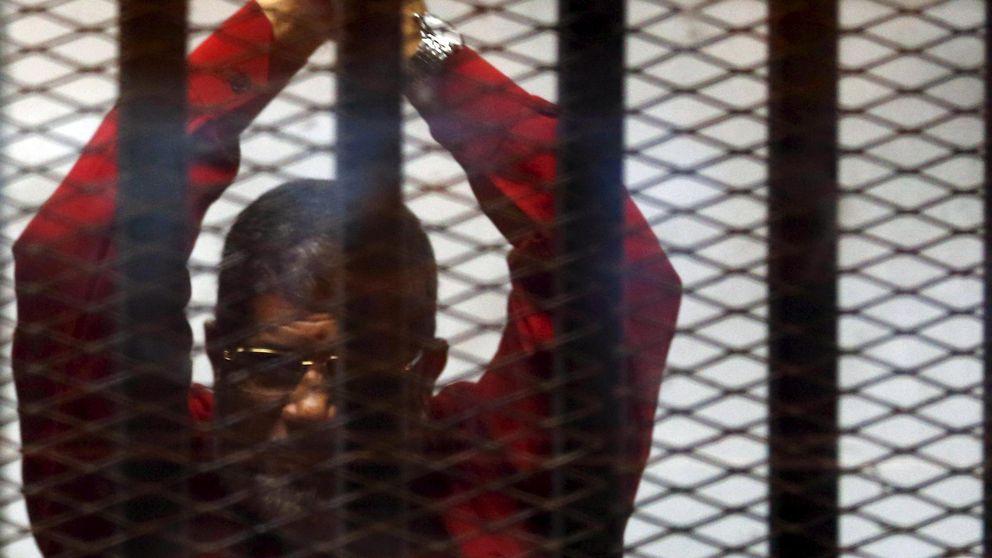 Egipto muestra a cámara a su expresidente con la ropa de los condenados a muerte