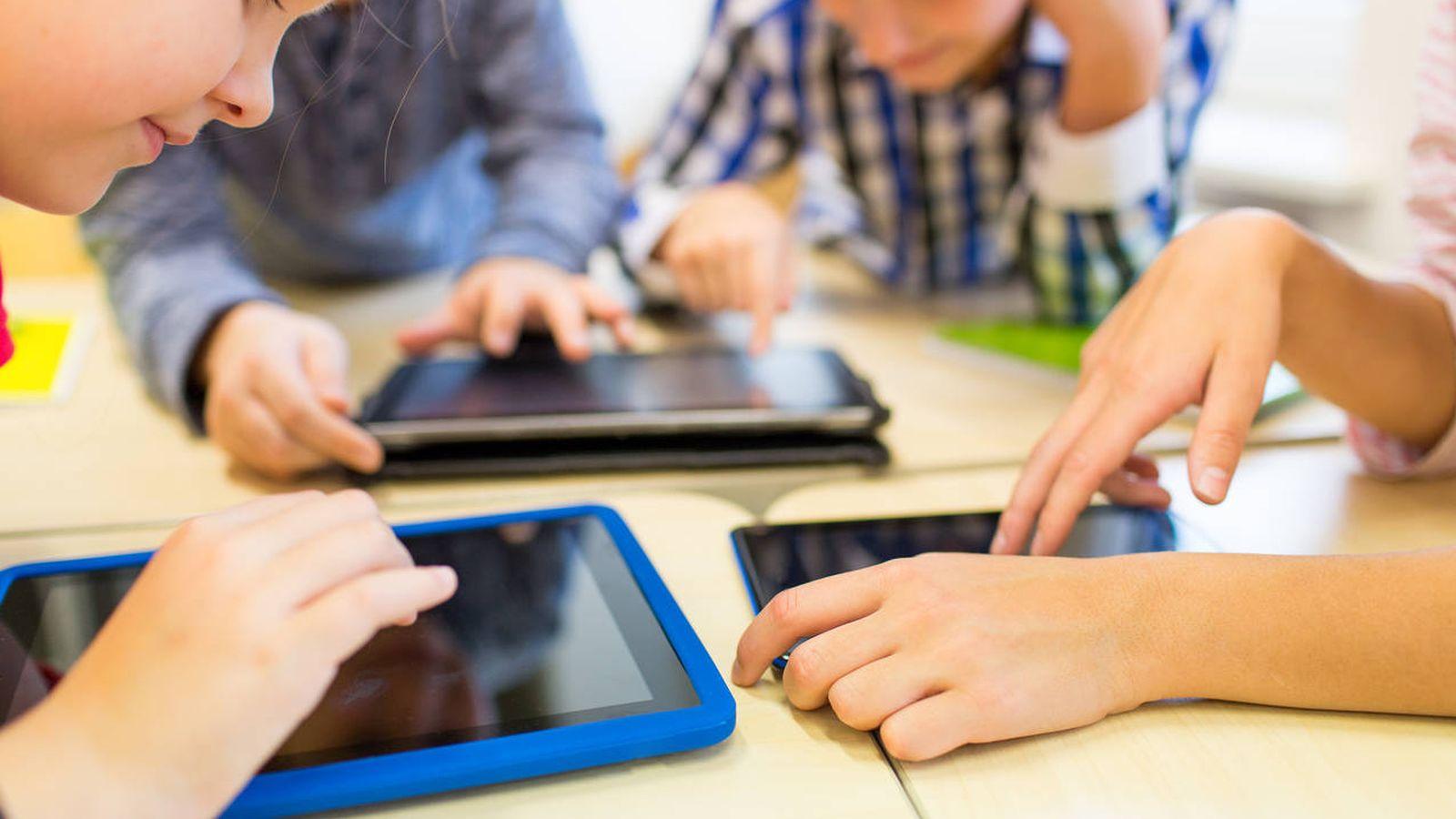 Foto: Varios niños utilizan dispositivos electrónicos. (iStock)