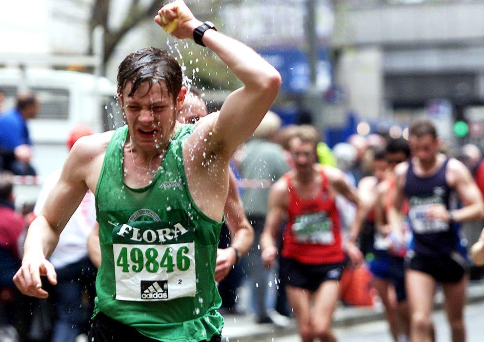 Foto: Un corredor se refresca en el maratón de Londres. (Reuters)