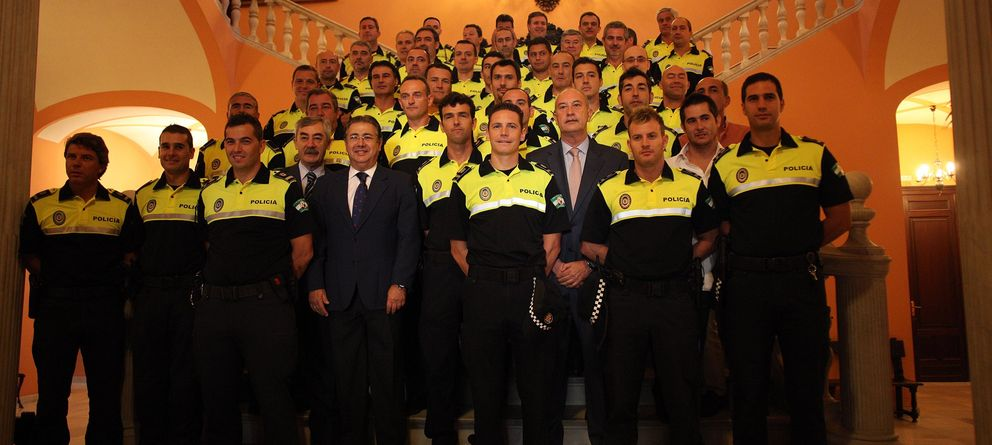Foto: El alcalde de Sevilla, Juan Ignacio Zoido, con oficiales de la Policía Local en 2011 (sevilla.org)