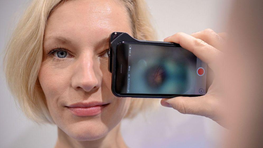Foto: Una mujer se hace un examen de retina en Dusseldorf (EFE / EPA)