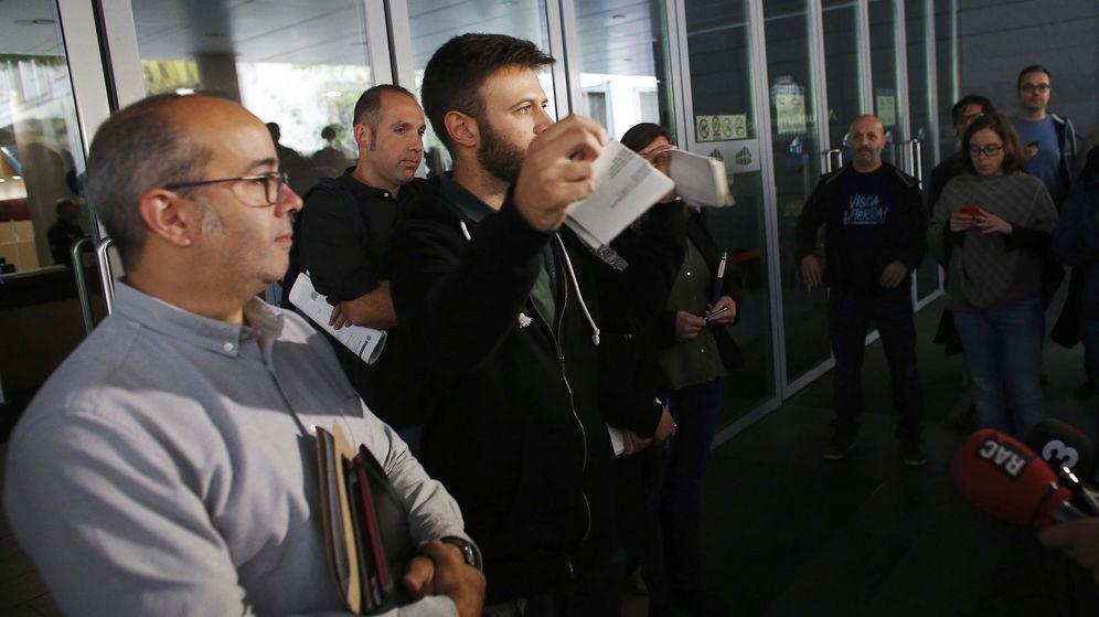 Foto: El primer teniente de alcalde de Badalona, Oriol Lladó (i), y el tercer teniente de alcalde, Josep Téllez (2i), rompen la resolución judicial. (Efe)