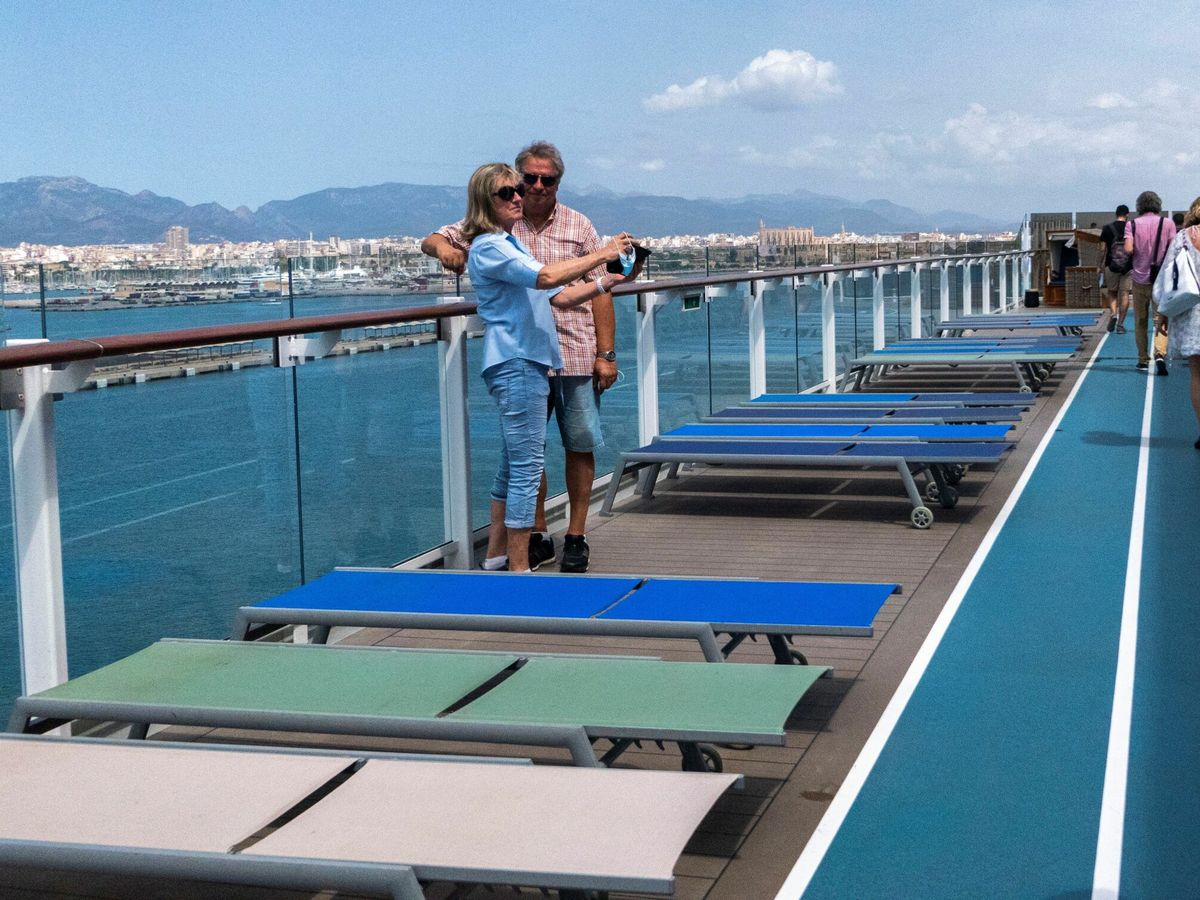 Foto: Dos turistas en Mallorca. (EFE)