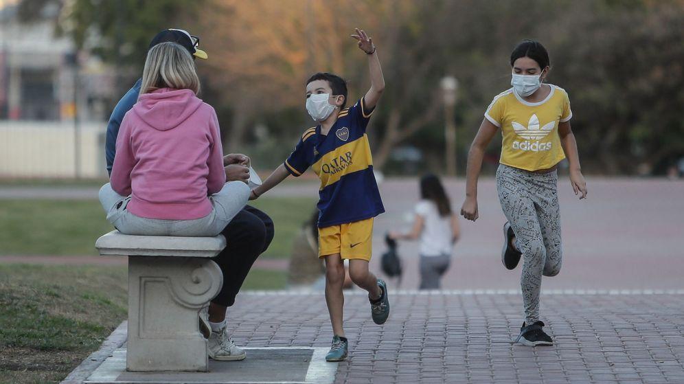 Foto: Dos niños juegan en un parque. (EFE)