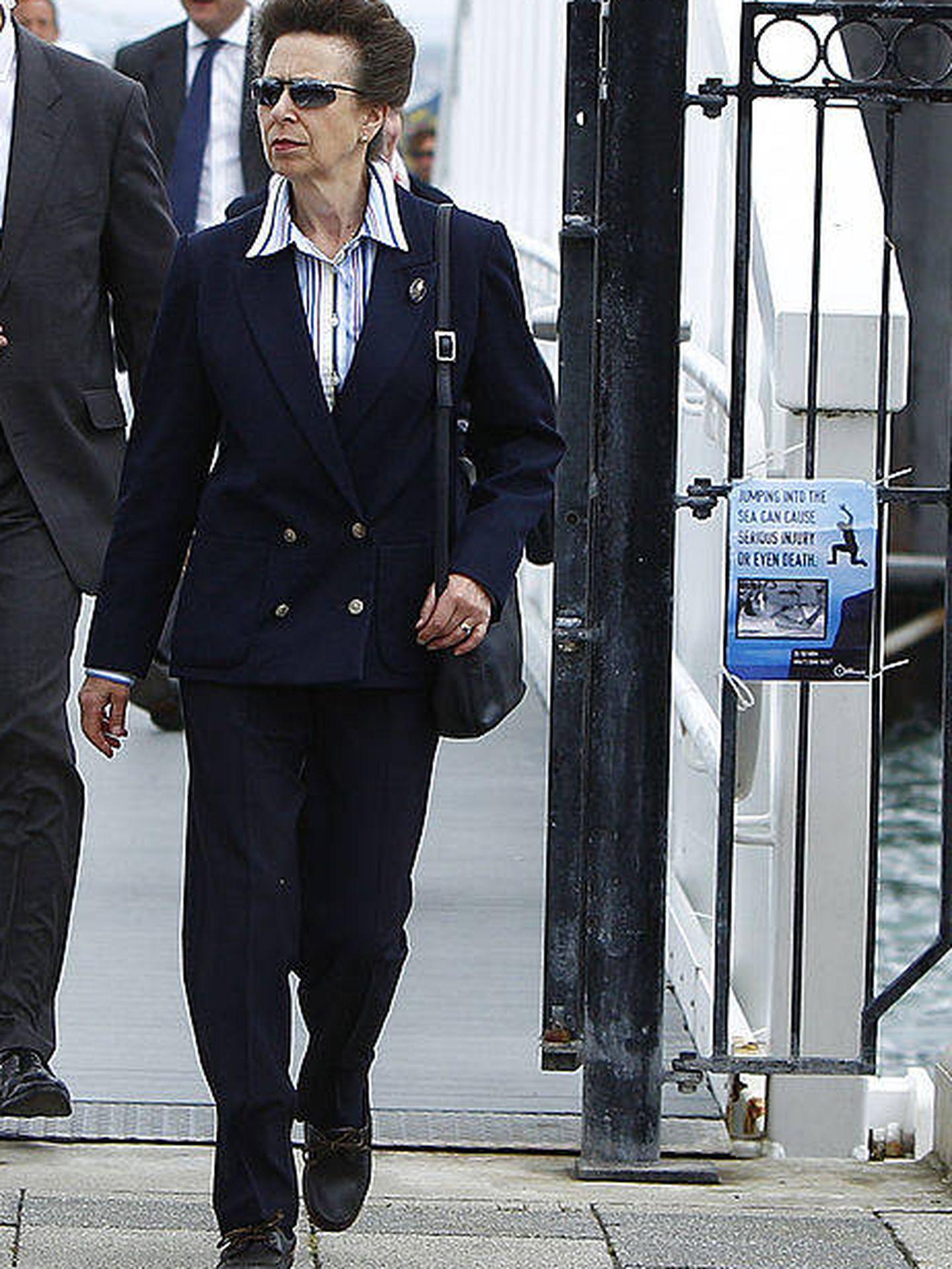 La princesa Ana, con traje de chaqueta y pantalón y gafas de sol. (Getty)