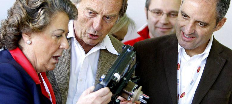 Foto: Francisco Camps y Rita Barberá con el presidente de Ferrari, Luca Cordero, en Cheste (EFE)