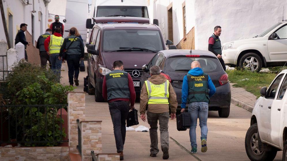 Foto: Efectivos de la UCO registran dos viviendas en El Campillo, Huelva. (EFE)