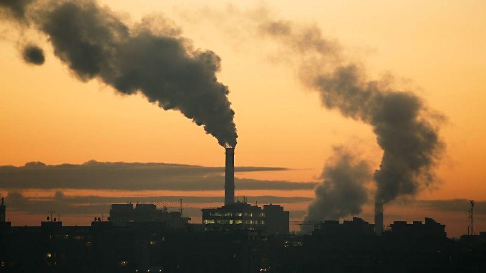 Foto: Gases tóxicos de una planta industrial contaminan el aire. (iStock)