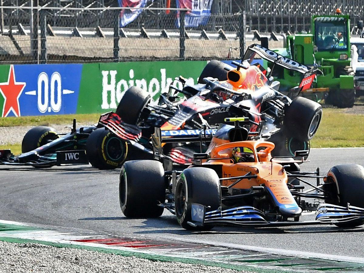 Foto: El momento en el que Verstappen pasó por encima de Hamilton. (Reuters)