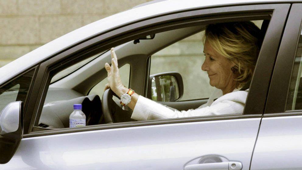 Cazan a Esperanza Aguirre al volante mientras habla por el móvil