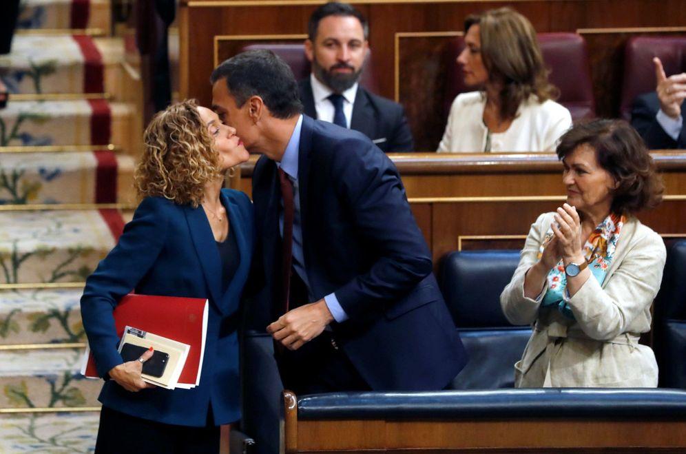 Foto: Pedro Sánchez besa a Meritxell Batet tras ser proclamada presidenta del Congreso, el pasado 21 de mayo en la sesión constitutiva de la XIII Legislatura. (EFE)