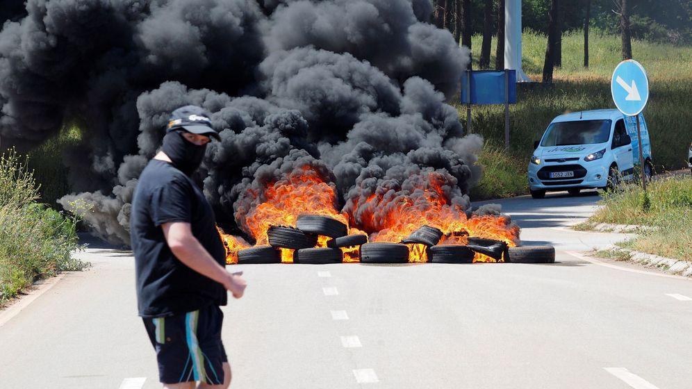 Foto: Trabajadores de la factoría de aluminio de la multinacional Alcoa en San Cibrao quemando contenedores. (EFE)