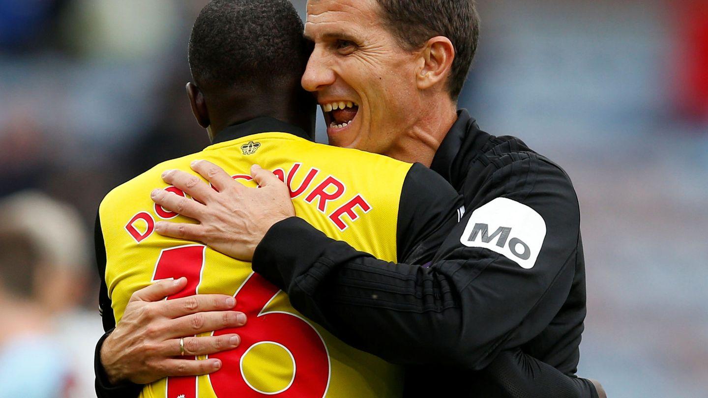 Gracia abraza a Doucouré tras la victoria ante el Burnley. (Reuters)