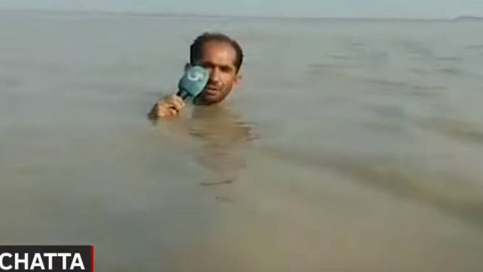 Con el agua al cuello... para informar de las inundaciones en Pakistán