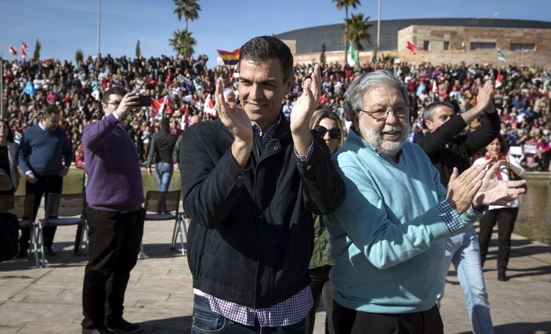 Foto: Pedro Sánchez y el alcalde de Dos Hermanas, Quico Toscano, este 28 de enero en el Parque Tecnológico de la localidad. (EFE)