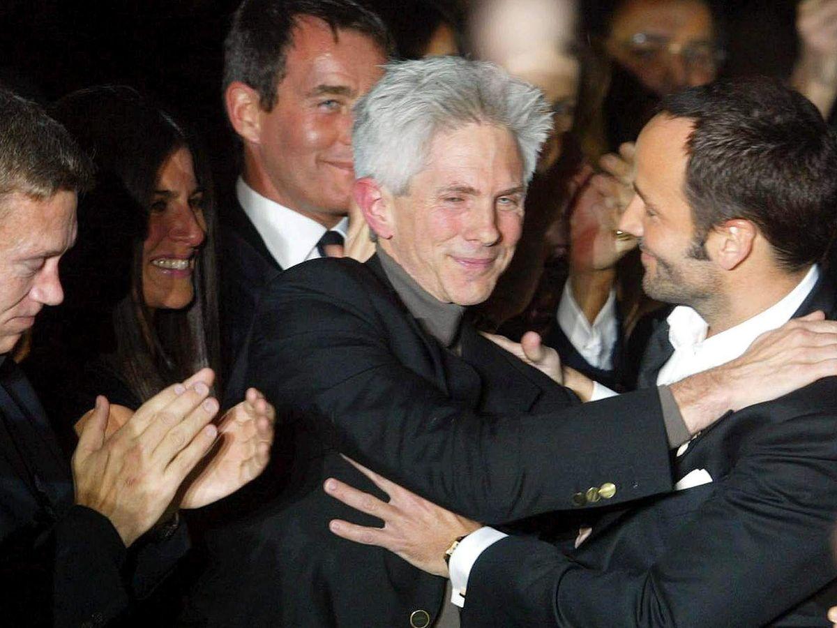 Foto: Tom Ford (a la derecha), mientras abraza a su entonces prometido Richard Buckley. (EFE)