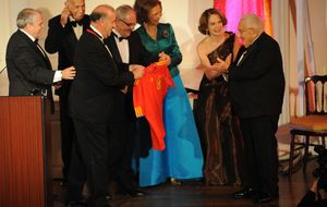 La Reina Sofía entrega una medalla de oro a Vicente del Bosque en Nueva York