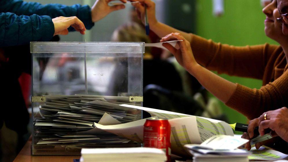 Foto: Una ciudadana ejerce su derecho a voto el pasado 21 de diciembre de 2017. (EFE)