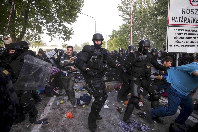 Foto: Policías antidisturbios húngaros cargan contra refugiados sirios en Roszke, la frontera con Serbia, el 16 de septiembre de 2015 (Reuters).
