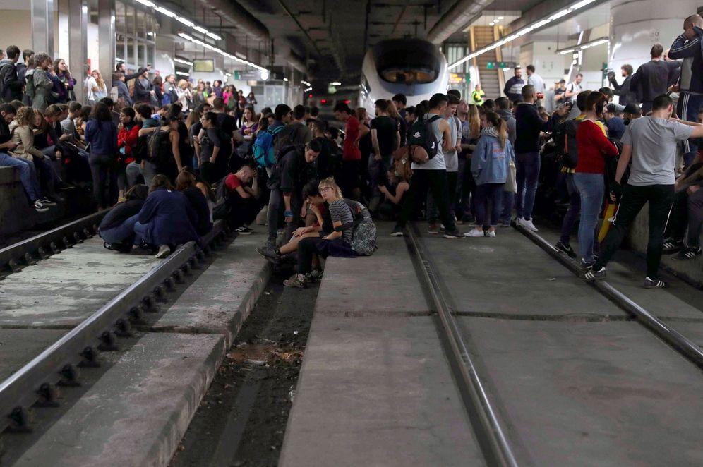 Foto: Manifestantes cortan las vías del AVE el pasado miércoles. (EFE)