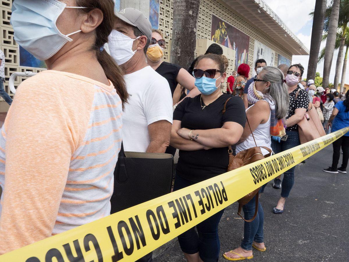 Foto: Una fila para pedir subvenciones del paro en Florida. (Reuters)