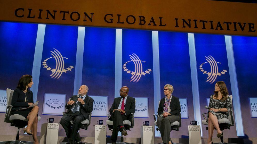 Foto: Stiglitz y Rana Foroohar, primera y segunda por la izquierda, en un debate. (Lucas Johnson/Reuters)