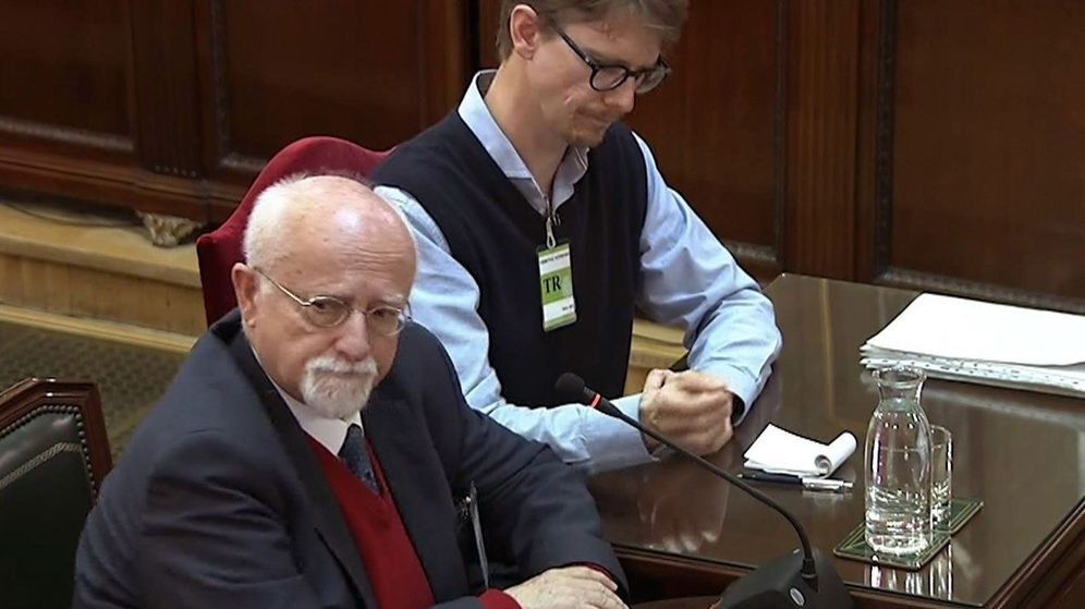 Foto: Bernhard von Grünberg, con su traductor, en el Supremo. (EFE)