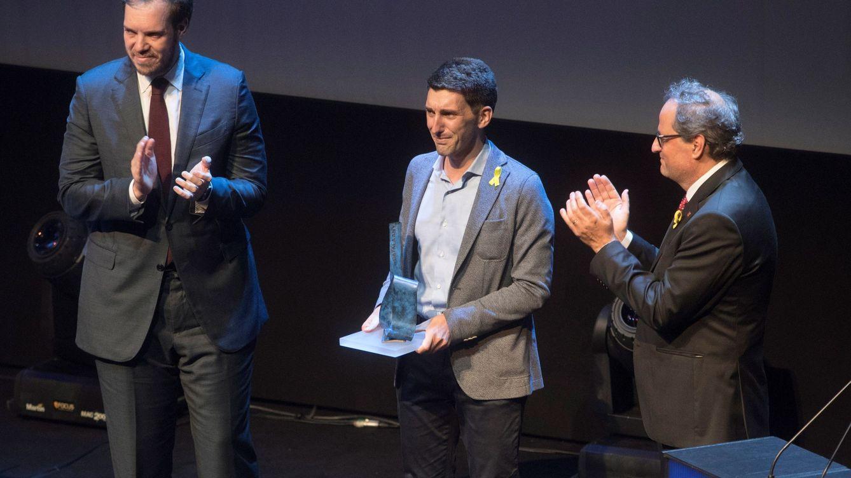 Foto: El médico Oriol Mitja acompañado por el presidente de la Generalitat, Quim Torra, tras recibir el premio Catalán del Año 2016. (EFE)