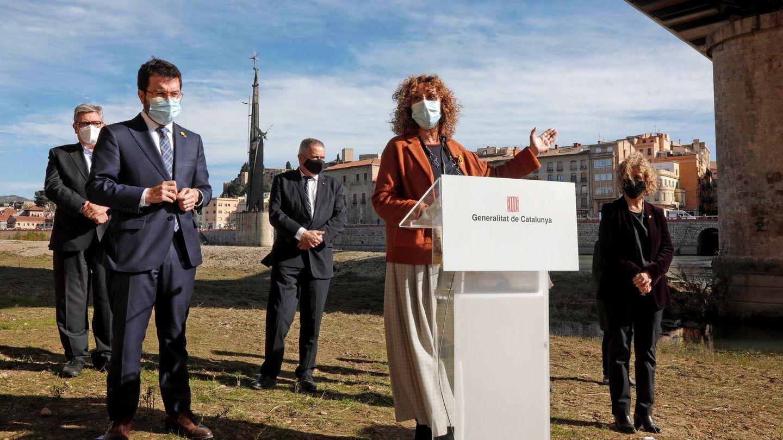 La exconsejera de Justicia, Ester Capella, junto al presidente Pere Aragonès. De fondo, el monumento. (EFE)