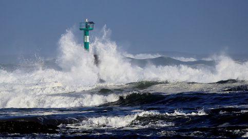 Rachas de viento de 135 km/h y olas de cinco metros en las Canarias