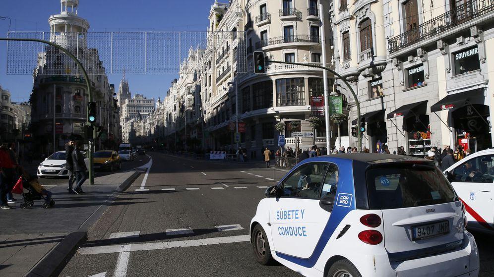 Foto: Un coche eléctrico de alquiler de la empresa Car2go, a su paso por la Gran Vía madrileña. (EFE)
