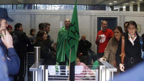 Activistas contra los desahucios se encierran en la sede de Goldman Sachs en Madrid