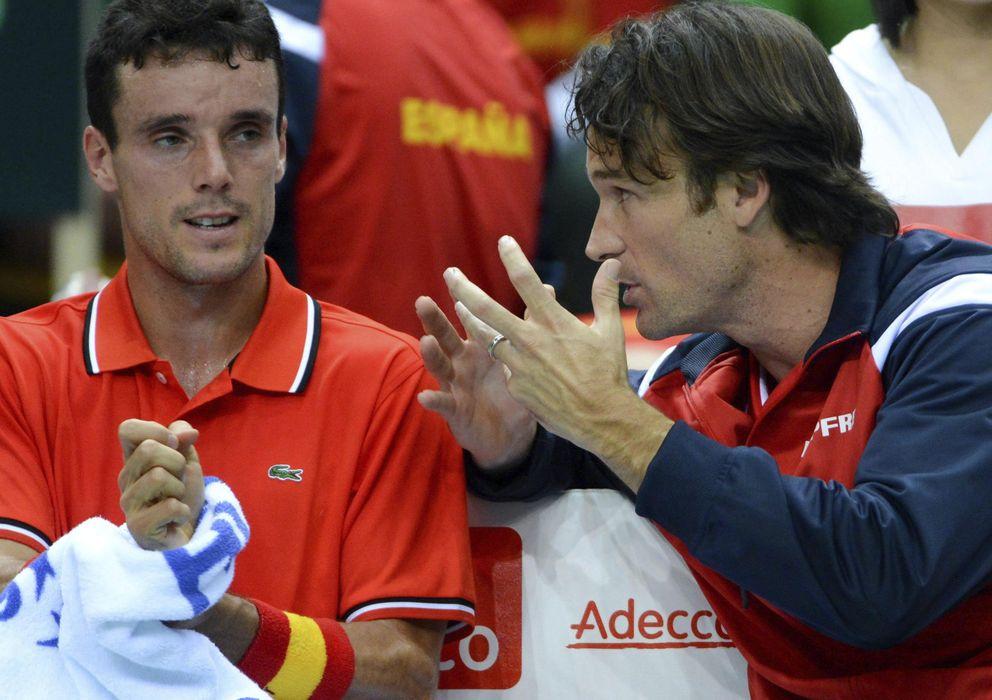 Foto: Carlos Moyá da instrucciones a Roberto Bautista (EFE)