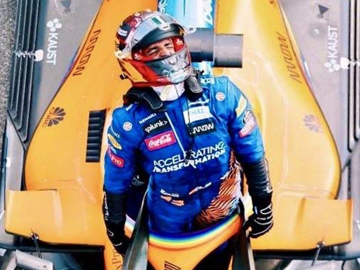 Foto: Carlos Sainz, antes de bajarse de su monoplaza una vez terminado el GP de Italia