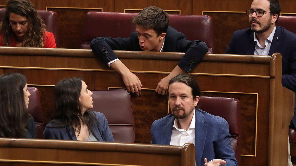 Foto: Pablo Iglesias, Irene Montero, Iñigo Errejón y Alberto Garzón, en sus escaños durante un pleno del Congreso. (EFE)