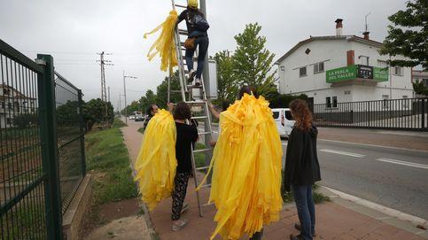 Los CDR llenan Mataró de toallas amarillas para eludir la prohibición de plantar cruces
