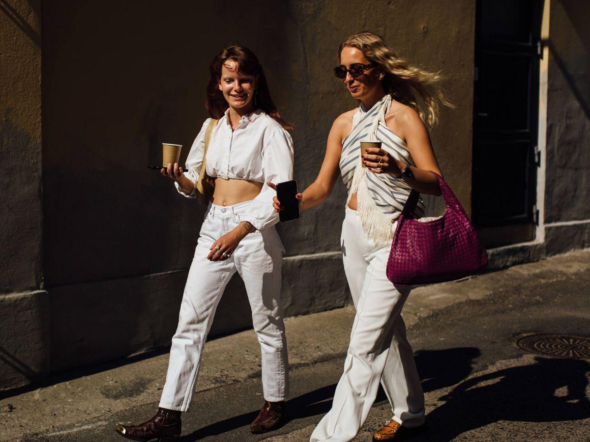 Foto: Los nuevos looks blancos que invaden el street style. (Imaxtree)